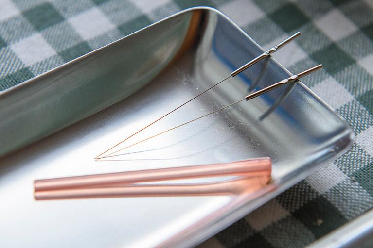 鍼治療に使用する使い捨て針の写真